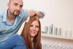 El peluquero profesional elige color del tinte de pelo Fotos de archivo