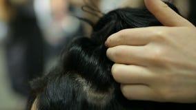 El peluquero profesional hace a la muchacha, peinado de los clientes metrajes