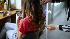El peluquero profesional que hace el peinado se encrespa para el pelo sano hermoso metrajes