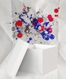 El pensamiento fuera de los colores de la caja y del chapoteo arrugó el papel Imágenes de archivo libres de regalías