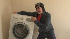 El pensionista militar recibe ayuda social de estado el ojo humano se cubre con el remiendo médico negro nueva lavadora almacen de video
