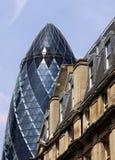El pepinillo puesto en contraste con los edificios del vintage Foto de archivo libre de regalías