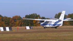 El pequeño aeroplano bimotor se mueve a lo largo de la pista con una cubierta de tierra almacen de metraje de vídeo