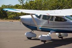 El pequeño aeroplano parqueó con el bosque detrás, Canaima, Venezuela Imagenes de archivo