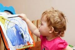 El pequeño artista está pintando imagen de archivo