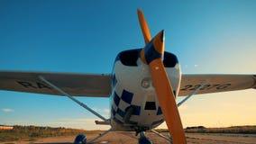 El pequeño avión está en un campo de aviación, alista para un vuelo 4K metrajes