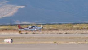 El pequeño avión privado dirige abajo de la pista hacia despegue metrajes