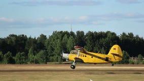 El pequeño avión saca del campo de aviación, avión agriculturial almacen de video