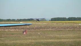 El pequeño avión vuela bajo sobre la tierra metrajes