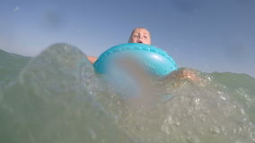 El pequeño azul rubio observó al bebé que jugaba en el vídeo del agua almacen de metraje de vídeo