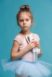 El pequeño bailarín del balerina en fondo azul Foto de archivo libre de regalías