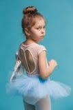 El pequeño bailarín del balerina en fondo azul Imagen de archivo