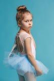 El pequeño bailarín del balerina en fondo azul Imagen de archivo libre de regalías