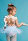El pequeño bailarín del balerina en fondo azul Fotos de archivo