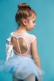 El pequeño bailarín del balerina en fondo azul Fotografía de archivo libre de regalías