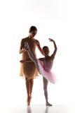 El pequeño baile de la bailarina con el profesor personal del ballet en estudio de la danza imagenes de archivo