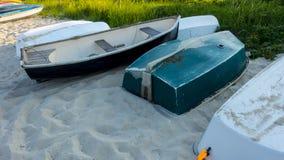 El pequeño barco de fila atracó en orilla arenosa en un de oro crepuscular soleado imagen de archivo libre de regalías