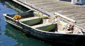 El pequeño barco de madera atracó en el embarcadero de la bahía de Morro en California Imagen de archivo libre de regalías