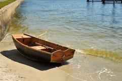 El pequeño barco de vela ató de againt un malecón Fotos de archivo