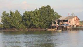 El pequeño barco redondo vietnamita de la cesta flota en el río metrajes