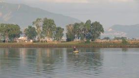 El pequeño barco redondo vietnamita de la cesta flota en el río almacen de video