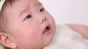 El pequeño bebé asiático miente en pesebre de la cesta en vestido y venda almacen de metraje de vídeo