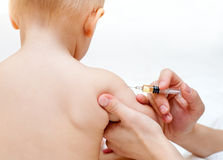 El pequeño bebé consigue una inyección imagen de archivo