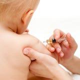 El pequeño bebé consigue una inyección Imágenes de archivo libres de regalías