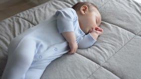 El pequeño bebé dulce está durmiendo con su finger en su boca almacen de video