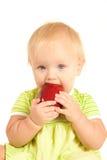 El pequeño bebé joven come la manzana    Imagen de archivo libre de regalías