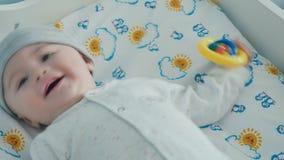El pequeño bebé lindo está sonriendo almacen de video