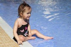 El pequeño bebé lindo está sonriendo en la piscina Imágenes de archivo libres de regalías