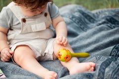 El pequeño bebé o el niño año en la hierba en día de verano soleado Imagen de archivo