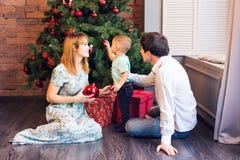 El pequeño bebé que adorna un árbol de navidad juega Días de fiesta, regalo, y concepto del Año Nuevo Foto de archivo libre de regalías