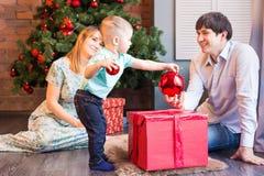El pequeño bebé que adorna un árbol de navidad juega Días de fiesta, regalo, y concepto del Año Nuevo Foto de archivo