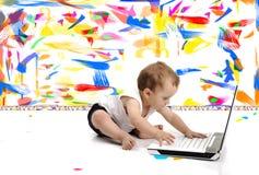 El pequeño bebé se está sentando en suelo Imágenes de archivo libres de regalías
