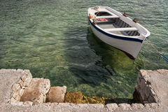 El pequeño bote de remos de madera amarró en el puerto de Dubrovnik, Croacia foto de archivo libre de regalías