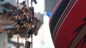 El peque?o camello figura el recuerdo tur?stico del mercado callejero tradicional del artesano en Israel Acre v?deo 4K almacen de video