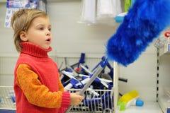 El pequeño cliente es placer al lado de cepillo para el polvo Imagen de archivo