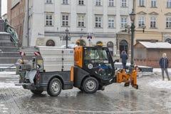 El pequeño coche del ventilador de nieve funciona en Kraków, Polonia Foto de archivo