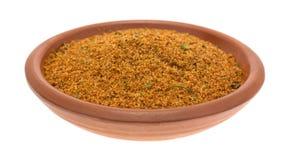 El pequeño cuenco llenó de los ingredientes secos del adobo de la pimienta del chipotle Foto de archivo