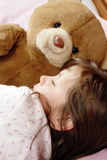 el pequeño dormir de la muchacha Imagen de archivo