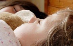 el pequeño dormir de las muchachas Imagenes de archivo