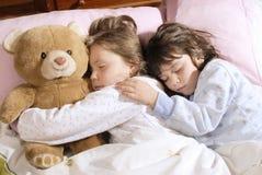 el pequeño dormir de las muchachas imagen de archivo