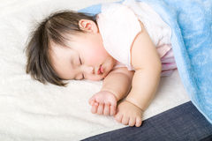 El pequeño dormir del bebé Imagenes de archivo