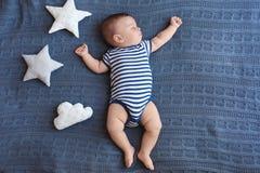 El pequeño dormir lindo del bebé foto de archivo libre de regalías