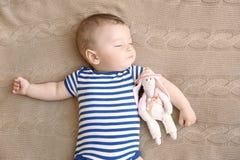 El pequeño dormir lindo del bebé foto de archivo
