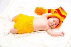 El pequeño dormir recién nacido lindo del bebé Foto de archivo libre de regalías