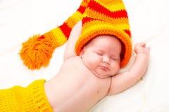 El pequeño dormir recién nacido lindo del bebé Fotos de archivo
