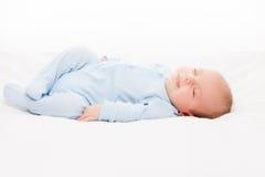 El pequeño dormir recién nacido lindo del niño del bebé imagen de archivo libre de regalías
